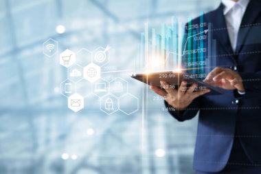 digital-manager-sosteniendo-tablet
